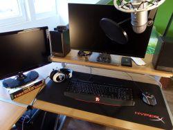 Zdjęcie przedstawiające ustawienie sprzętu komputerowego na biurku Łosia